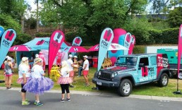 ExpandaBrand-Teardrop-Banners-at-outdoor-festival
