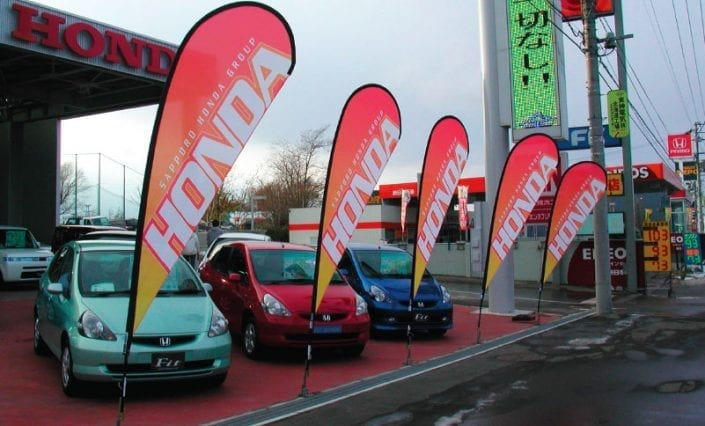 ExpandaBrand-Teardrop-Banners_Retail-Signage